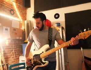 Pepe Curioni grabando bajos para el nuevo disco de Diego Mattarucco