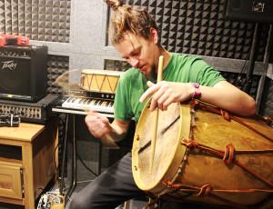 Martin Bruhn grabando percusiones para el nuevo disco de Muerdo