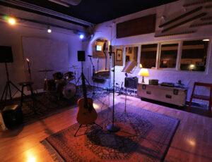 Ensayos y grabaciones en el centro de Madrid, amplia sala e instalaciones.