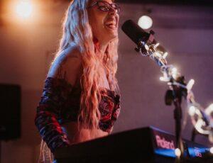 La cantautora Olaya Alcázar en vivo y en streaming en nuestro estudio.